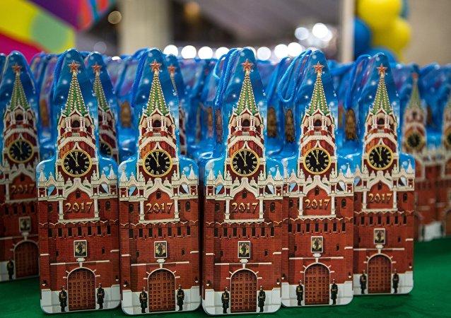 从美返俄的外交官子女参观了克里姆林宫的新年枞树
