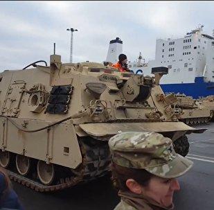 美国坦克在德卸货(视频)