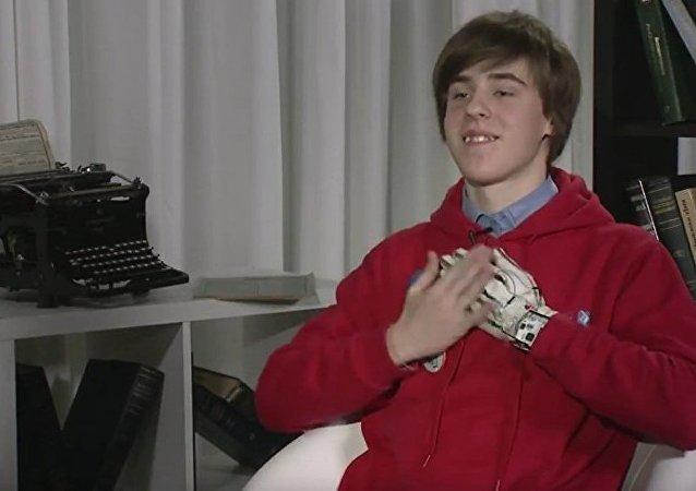"""俄罗斯中学生发明会说话的手套 可让聋哑人""""开口说话"""""""