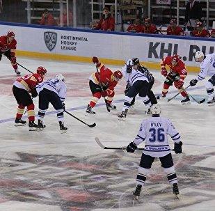 """莫斯科""""斯巴达克""""冰球俱乐部在大陆冰球联赛中大比分战胜昆仑鸿星俱乐部"""