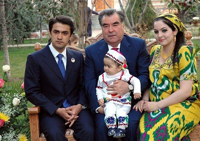 塔吉克斯坦总统拉赫蒙·埃莫马利与长子鲁斯塔姆·埃莫马利