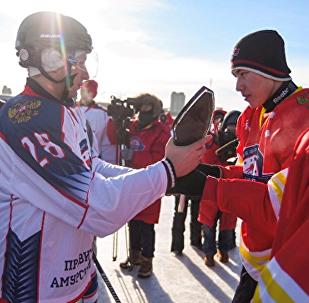 """俄罗斯成人队在阿穆尔河上举行的""""友谊""""冰球赛中获胜"""