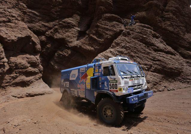 爱德华•尼古拉耶夫队在达喀尔拉力赛卡车组比赛中取胜