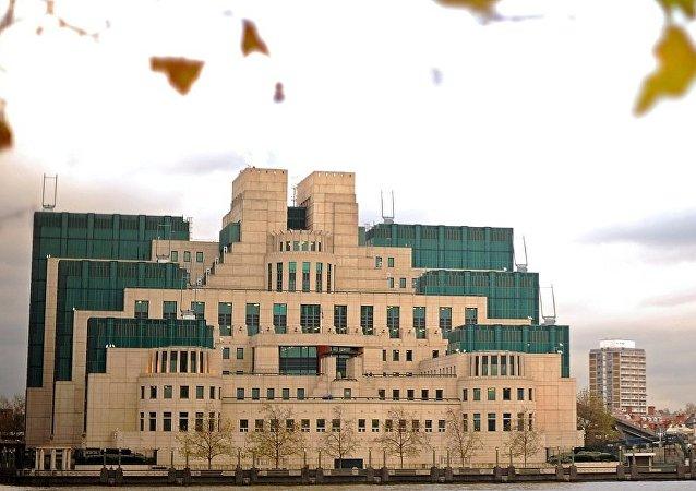 """媒体:英军情六处处长在其报告中使用针对特朗普的""""档案""""情报"""