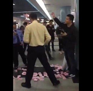 男子广州地铁站撒钱,铺一地没人抢