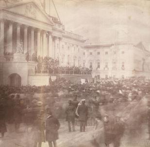 美國總統就職典禮的首張著名照片,美國第15任總統詹姆斯·布坎南在國會大廈入口處,1857年。