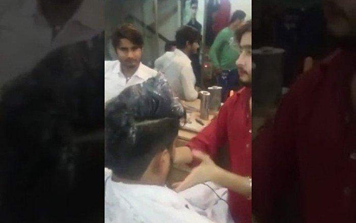 印度理发师用火做发型