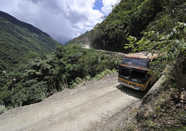 玻利维亚客车事故致13人死亡