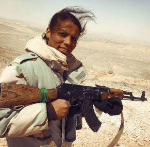"""""""沙漠之鹰""""民兵队的突击队的女性志愿者"""
