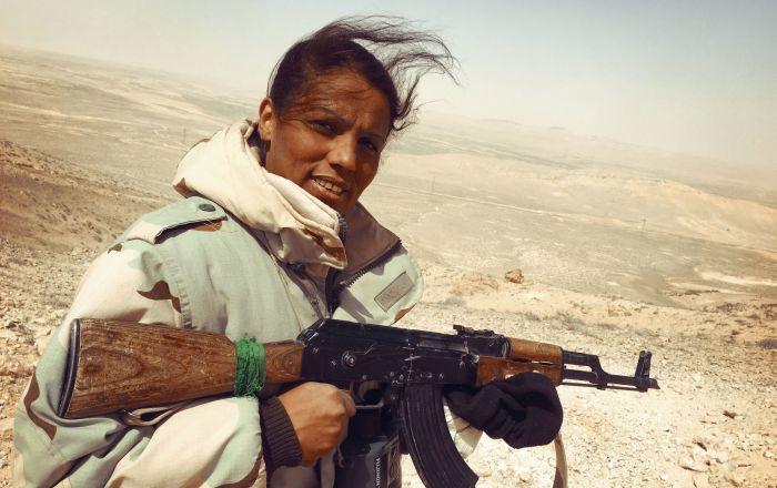 「沙漠之鷹」民兵隊的突擊隊的女性志願者