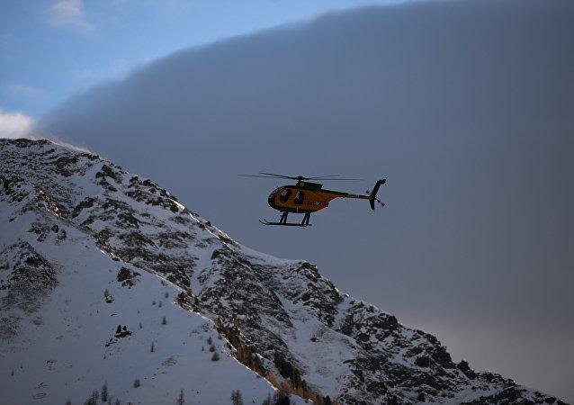 俄军开始清理塔吉克斯坦雪崩后公路上的坍塌物