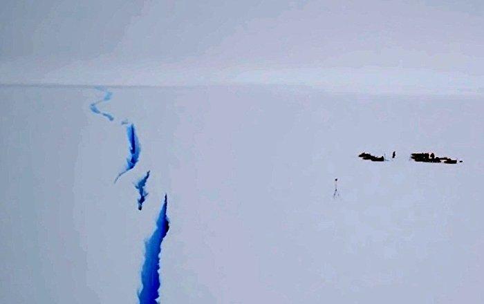 南极冰川出现巨大裂口
