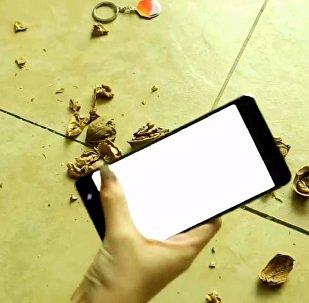 中國用諾基亞手機砸核桃來測試其堅固性