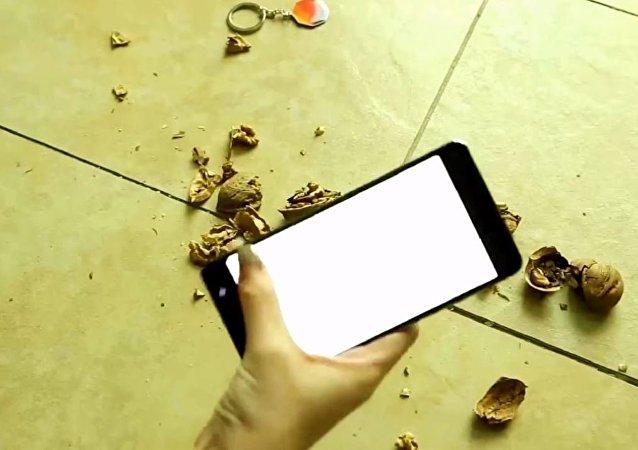 中国用诺基亚手机砸核桃来测试其坚固性