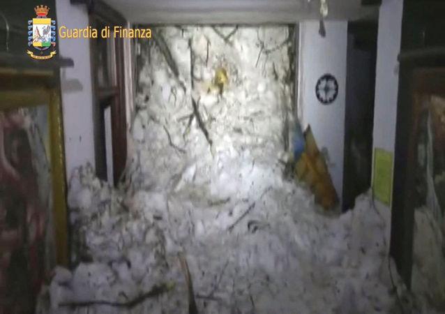 意大利中部山区雪崩致18人死亡