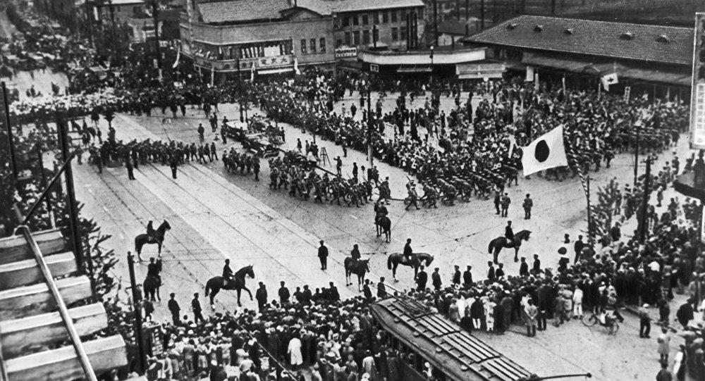 中日戰爭。日本軍隊正準備從東京出發前往中國東北。