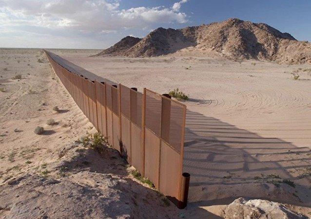 美国副总统:美国将通过法律要求墨西哥出资修建边界围墙
