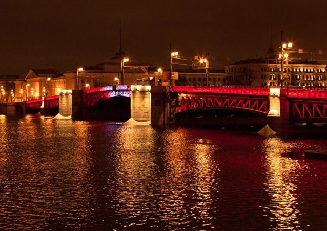 聖彼得堡冬宮橋披上了中國節日的盛裝