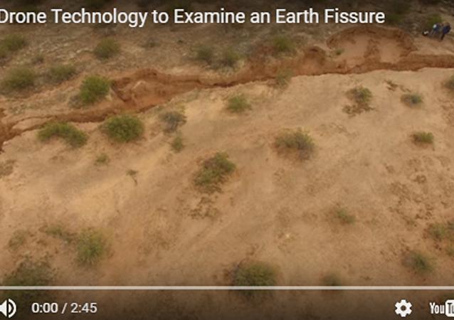 美国沙漠上出现一条几千米长的裂缝