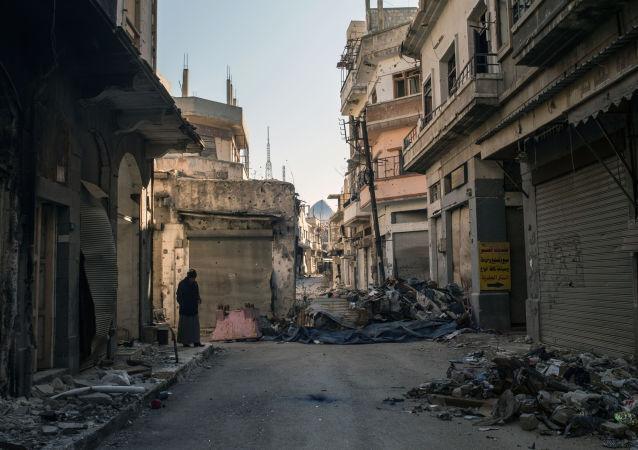 俄军向叙霍姆斯运送人道主义救援物资