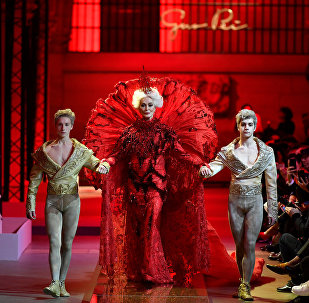 Carmen Dell'Orefice closes the Guo Pei spring 2017 couture show