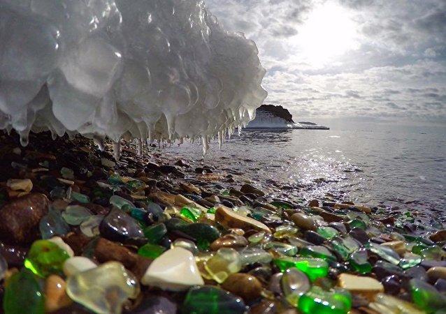 在符拉迪沃斯托克的玻璃海滩