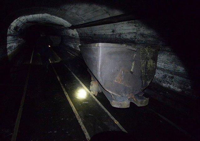 俄罗斯库兹涅次大型煤矿450多名矿工因地表火灾紧急疏散