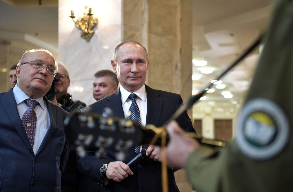 俄罗斯罗蒙诺索夫国立大学(莫斯科大学)校长维克托·萨多夫尼奇和俄罗斯总统弗拉基米尔·普京与大学生会面