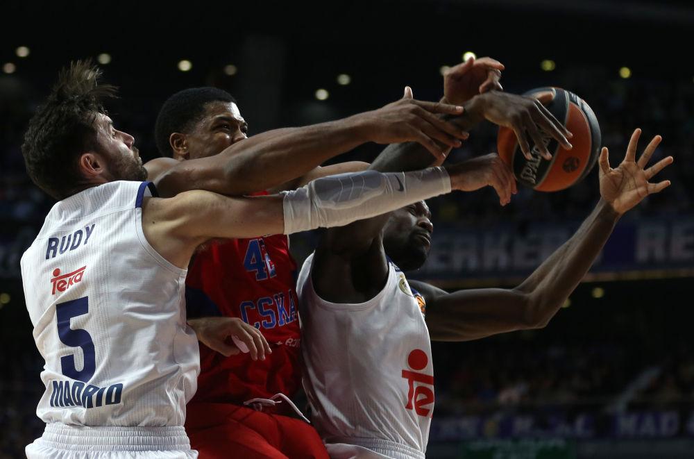 在皇家马德里和莫斯科中央陆军篮球俱乐部之间的比赛