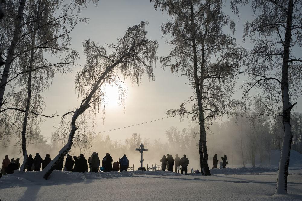在鄂木斯克州的主显节冬泳