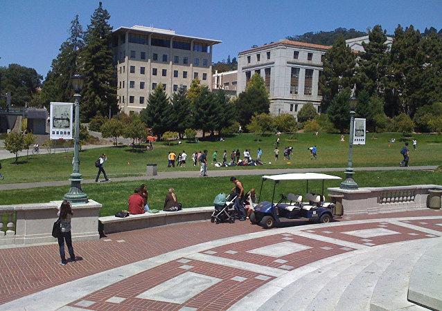 媒体:美警方警告或动用武力驱散伯克利加大学附近的抗议人群