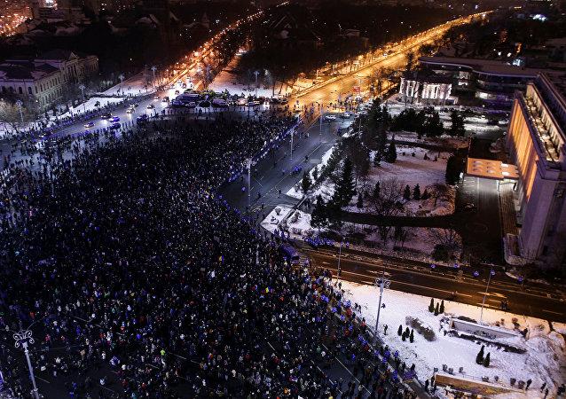 媒体:数万人在罗马尼亚持续抗议示威