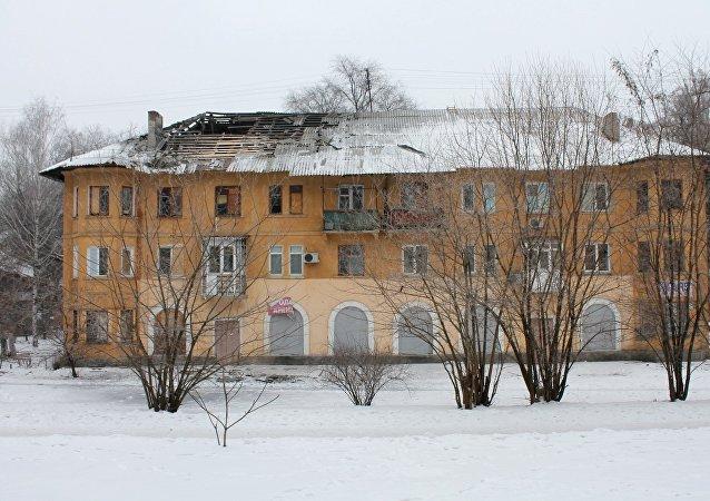 顿涅茨克近郊千余户人家因炮击断电