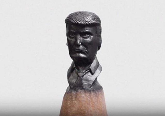 俄罗斯艺术家在铅笔芯上雕刻特朗普肖像
