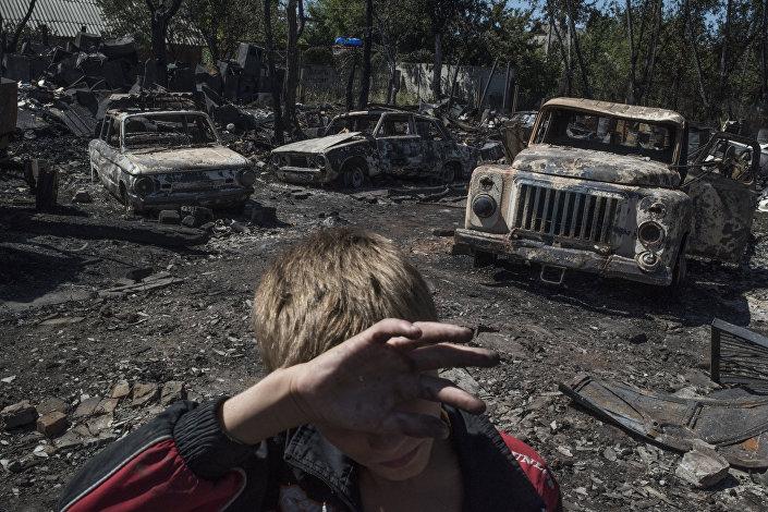 顿涅茨克州一小镇被炮击的场景