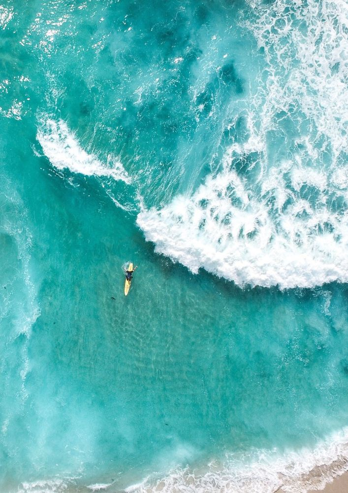 航拍摄影师斯卡努镜头中的沙滩、大海和高山