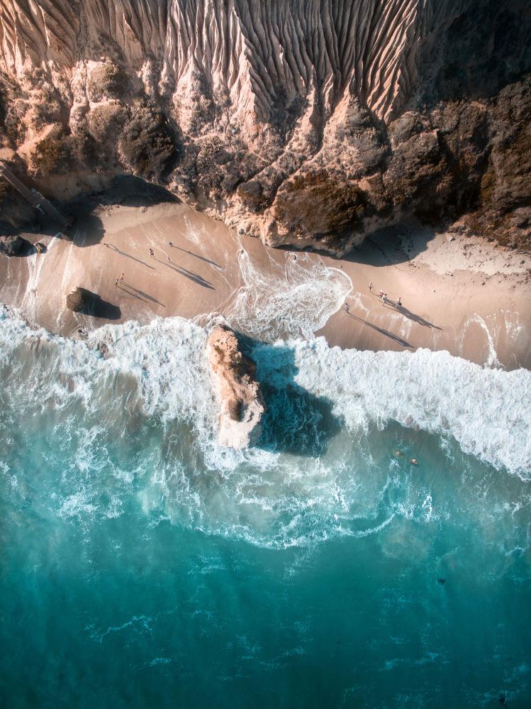 航拍攝影師斯卡努鏡頭中的沙灘、大海和高山