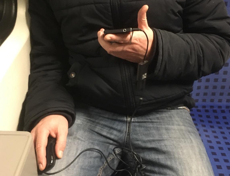 地铁一男子用鼠标操作智能手机惊呆网友