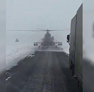 哈萨克斯坦公路停降直升机 飞行员向司机问路