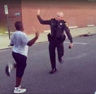 这视频有毒!黑人小伙与警察欢乐斗舞