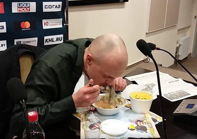 白俄记者因赛事预测失误吃下报纸