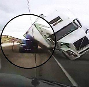 大卡车被风吹翻压坏警车