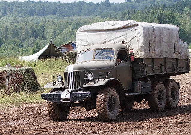 乌克兰军队使用出厂时间超过50年的生锈卡车