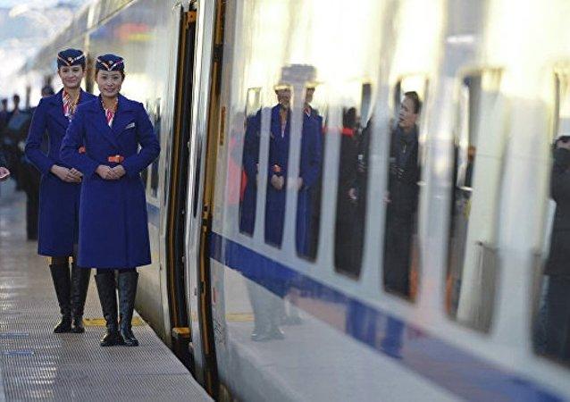 在中国出现第一个火车站使用的巡逻机器人
