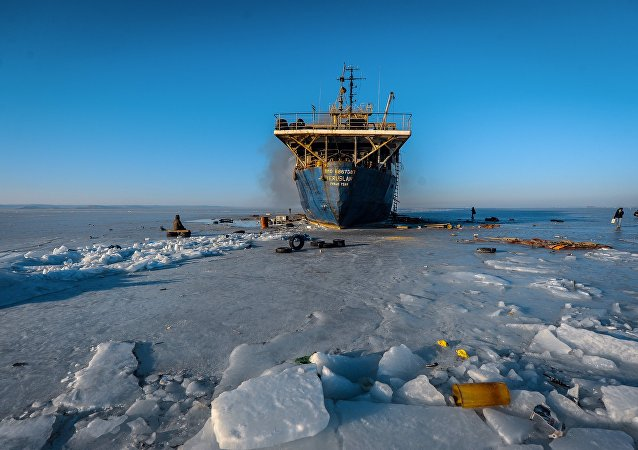 俄太平洋舰队拖船开始从冰中打捞废弃沉船