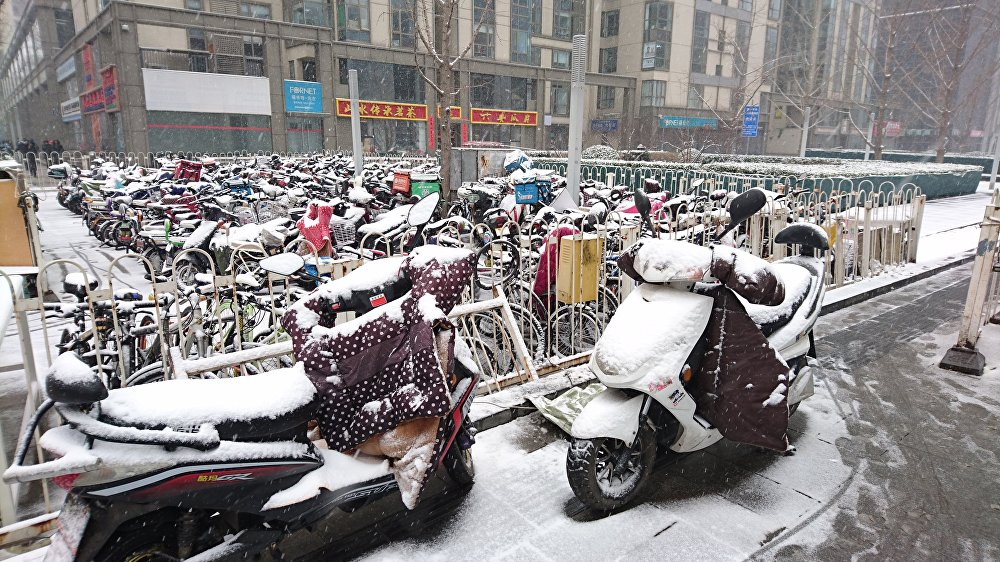 尽管气象部门预先提醒,首都居民还是没有做特别准备,例如北京人最爱的交通工具——电动车都没有进行遮盖。