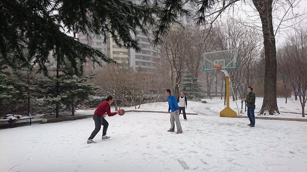 一些居民并没有因为降雪而改变自己的安排,甚至还去户外锻炼。