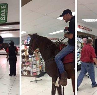 南非男子骑马上街购物