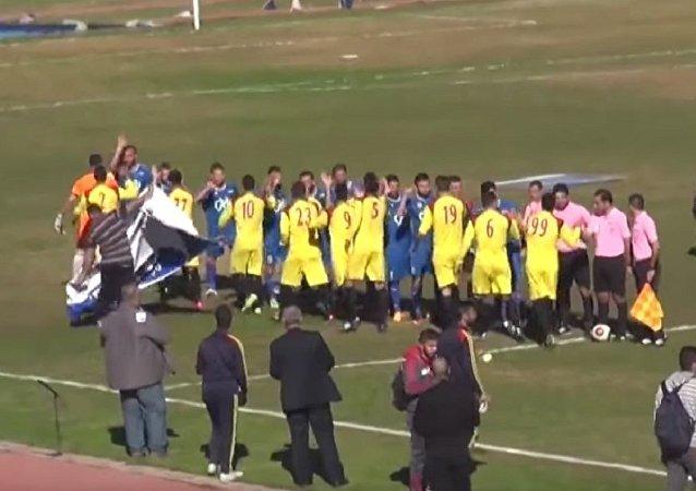 拉塔基亚举行足球赛,观众坐满看台