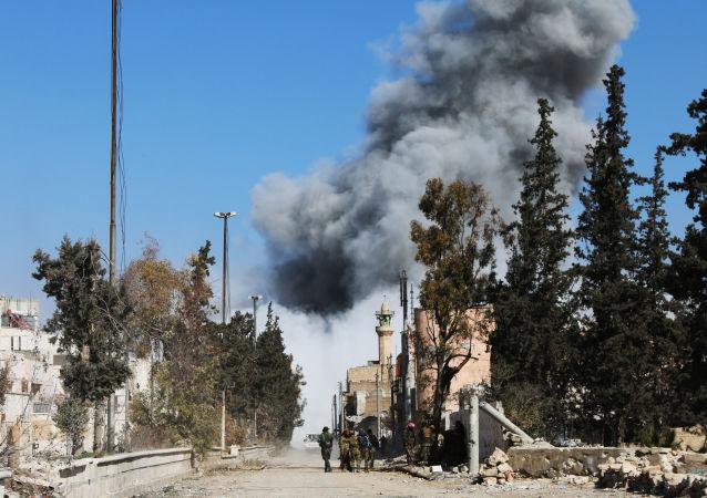 数百名难民或成为空袭拉卡附近原学校大楼的受害者